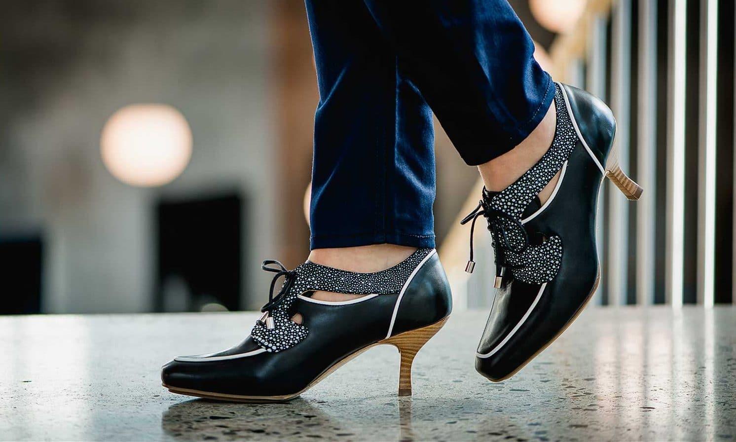 San Francisco Snøresko Sort med prikker fra Barbro Shoes 1